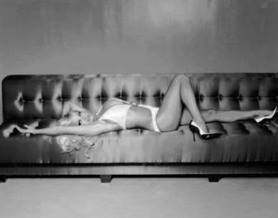 """""""Я не боюся збожеволіти"""": зірка Playboy позувала в купальнику на дивані"""