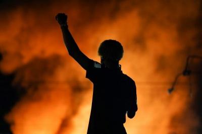 В Сиэтле радикалы напали на полицейский участок, десятки копов получили ранения
