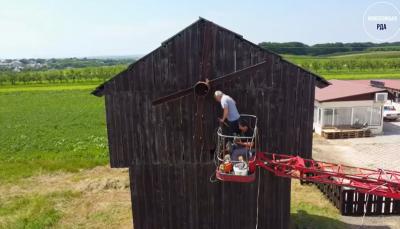 У Чернівецькій області відновлюють старовинний дерев'яний млин – відео