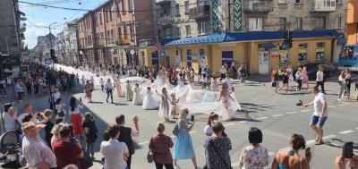 У Тернополі випускниця одягнула сукню зі шлейфом сто метрів