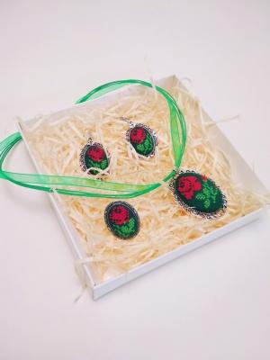Майже ювелірна робота: майстриня з Буковини опанувала мікровишивку і дивує виробами