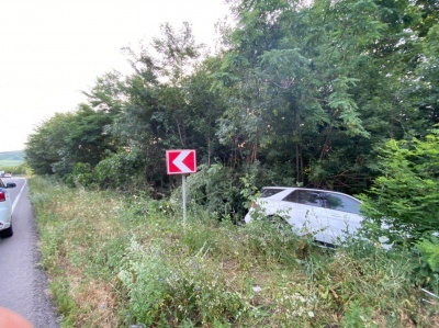На Буковині легковик злетів з траси: у водія ознаки алкогольного сп'яніння
