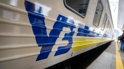 """У Тернополі пасажири потягу влаштували бунт. Начальник потяга відмовлявся зупинятися у червоній """"зоні"""""""