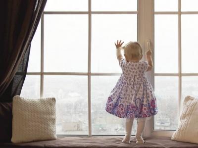 У Львові випала з вікна і загинула півторарічна дівчинка