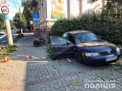 """У Чернівцях автівка """"вилетіла"""" на тротуар: жінці, яка стояла на зупинці, відірвало гомілку"""