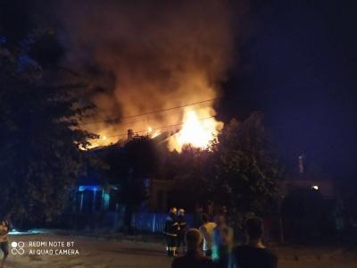 Масштабна пожежа в Чернівцях: горить будинок на вулиці Аксенина