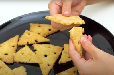 Солоні сирні крекери — всього 3 інгредієнти і ніякої метушні
