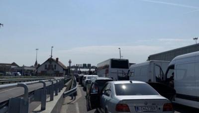 На кордоні з Угорщиною у чергах застрягли 350 авто