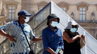 Париж одягає маски. З понеділка носіння масок стає обов'язковим на більшості вулиць