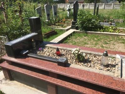 Уламки відносив убік: на Буковині вандал знищив дорогий пам'ятник на цвинтарі
