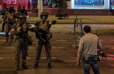 """""""Лежать штабелями"""". У мережі показали двір РУВС Мінська, в якому тримають затриманих під час протестів - відео"""