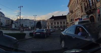 Бешлей грубо порушив Правила дорожнього руху: очевидець зняв відео в центрі Чернівців