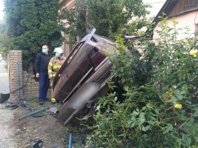 ДТП у Чернівцях: ВАЗ вилетів на подвір'я будинку і перекинувся - фото