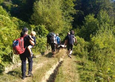 На Буковині врятували жінку, яка пішла з трьома дітьми у гори і зламала ногу