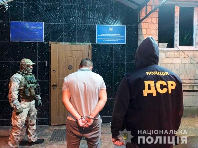 Змушували сплатити неіснуючий борг: на Буковині поліція затримала групу вимагачів