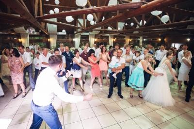Закривали ворота і пускали по перепусткам: Осачук розказав, як святкували весілля на Буковині під час карантину