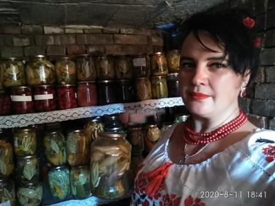 «Квіти» з кабачків і помідорів: на Буковині жінка робить дизайнерські консервації - фото