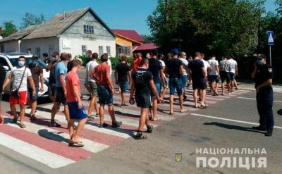 На Буковині перекрили трасу: люди вимагають ремонту дороги
