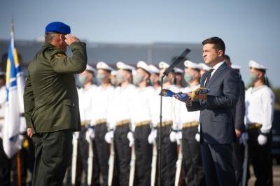 Зеленський передав військовим партію озброєння та військової техніки