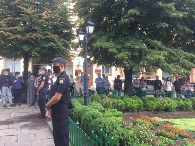 «Ми хочемо працювати»: у Чернівцях сотні жителів пікетують міськраду через посилення карантину