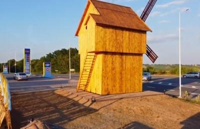 Нічна підсвітка і фотозони: на Буковині відкрили відреставрований старий вітряк - відео