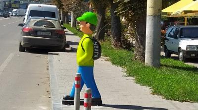 У Чернівцях на пішохідних переходах почали встановлювати пластикові фігури школярів – фото