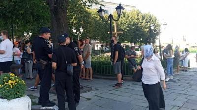 «Чому нас хочуть закрити?»: у Чернівцях близько сотні людей вийшли на пікет проти карантину