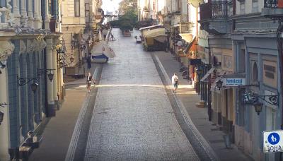 У Чернівцях з пішохідної вулиці Кобилянської зникла частина лавочок