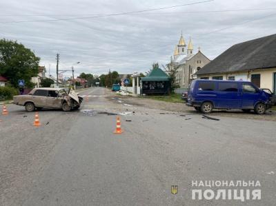 Троє - в лікарні: на Буковині водій Volksvagenа на перехресті не надав перевагу ВАЗу