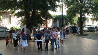 У Чернівцях батьки школярів пікетують ОДА: вимагають відкрити школи – фото