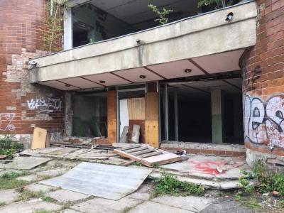 У Чернівцях мешканці просять закрити доступ до аварійного басейну - фото