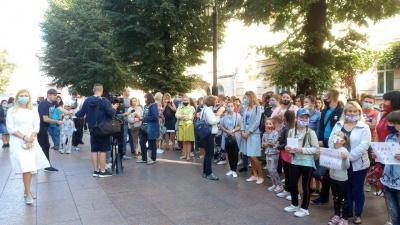 Батьки школярів влаштували акцію протесту під Чернівецькою ОДА: вимагають відкрити школи