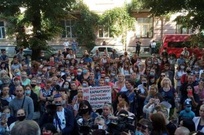 Родители школьников устроили акцию протеста под Черновицкой ОГА: требуют открыть школы