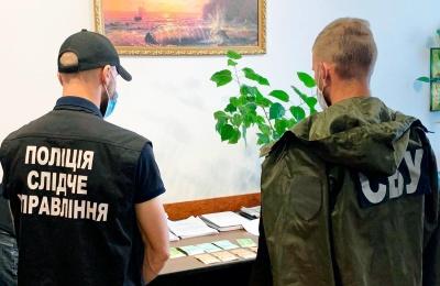 На Буковині лікарку райлікарні затримали на хабарі: обіцяла допомогти «відкосити» від армії