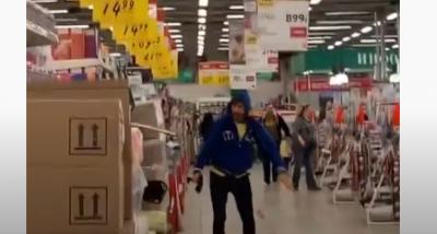 Увірвався до супермаркету із сокирою та почав все трощити. Чоловіка затримали охоронці магазину - відео