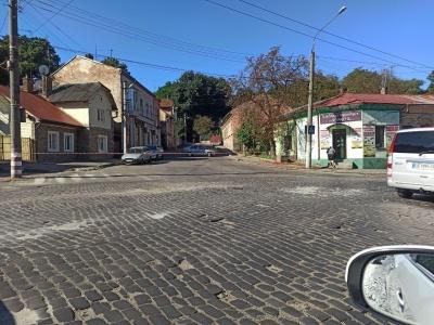 У Чернівцях через нічну ДТП перекрили частину вулиці Бережанської