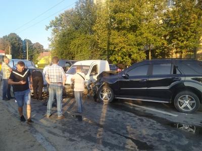 ДТП із шістьма авто: у поліції розповіли деталі аварії в Чернівцях
