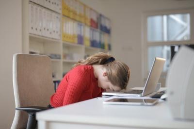 Методи, які допоможуть подолати денну сонливість і підбадьоритися