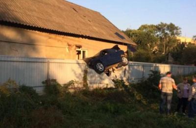 У Чернівцях BMW протаранив огорожу і «завис» на паркані: водія на місці ДТП не застали