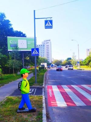 Пластикові фігури школярів-пішоходів з'явились на Воробкевича у Чернівцях