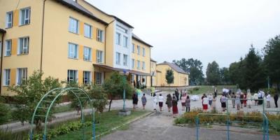"""Незважаючи на """"червону"""" зону. Івано-Франківськ відкриє школи з наступного тижня"""