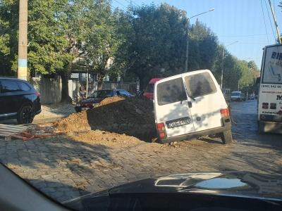 У Чернівцях мікроавтобус влетів у яму посеред вулиці Головної: у водія ознаки сп'яніння