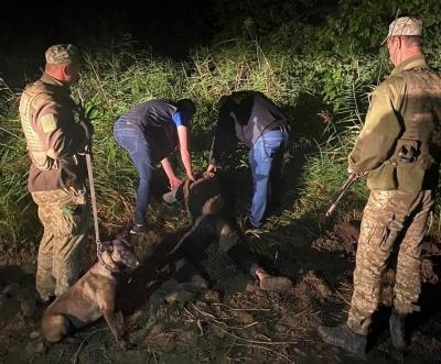 Біля кордону на Буковині затримали молодика з повним рюкзаком марихуани