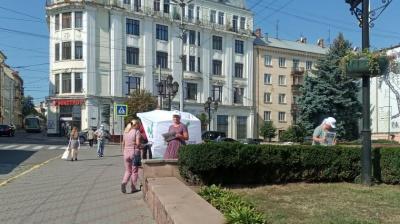 Скільки в Чернівцях грошей платять агітаторам на виборах: репортаж МБ
