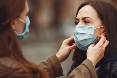 Головний епідеміолог США: масове носіння масок може приборкати пандемію за кілька місяців