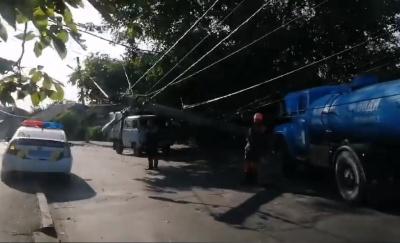 У Чернівцях електроопора впала і повисла на дротах над дорогою: рух ускладнено