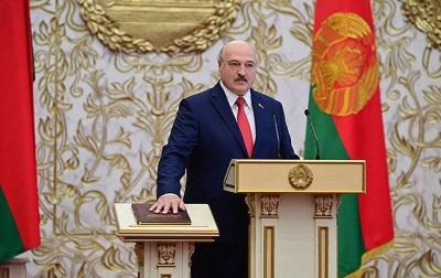 """Поклав """"червону руку"""" на Конституцію. Відео з інавгурації Лукашенка стало вірусним"""