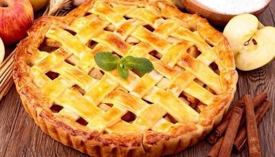 Простий у приготуванні пиріг на сирному тісті з сезонними фруктами