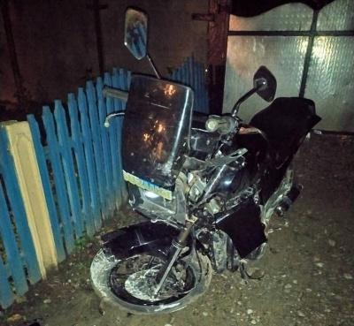 На Буковині мотоцикліст врізався в бетонну огорожу: чоловік у лікарні