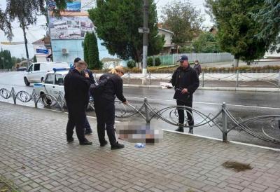 У райцентрі на Буковині посеред вулиці раптово помер чоловік
